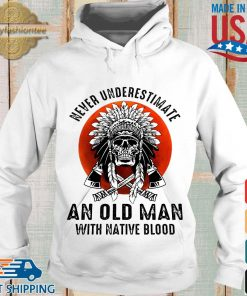 Skull never underestimate an old man with native blood sunset s Hoodie trang